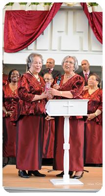 Uitreiking 1e cd van The Revivals tijdens Jubileumconcert 2010